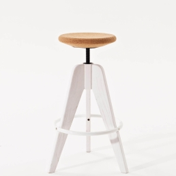 Height-adjustable tools with ash wood and varnished steel frame. Seat: swivelling in cork or ash wood.